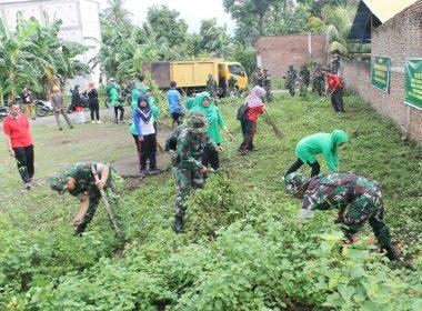 Ibu-ibu Persit KCK dibantu suami dari pasukan TNI Kodim 1410 Bantaeng baksos di Kelurahan Lembang Bantaeng.