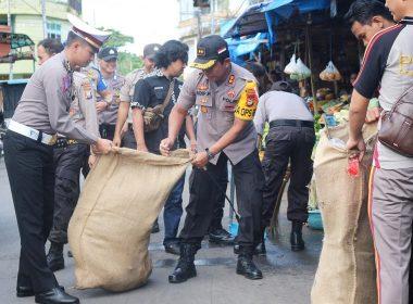 Kapolres Bantaeng dan jajarannya membersihkan Kawasan Pertokoan dan Pasar Sentral Bantaeng dalam rangka HPSN 2019.