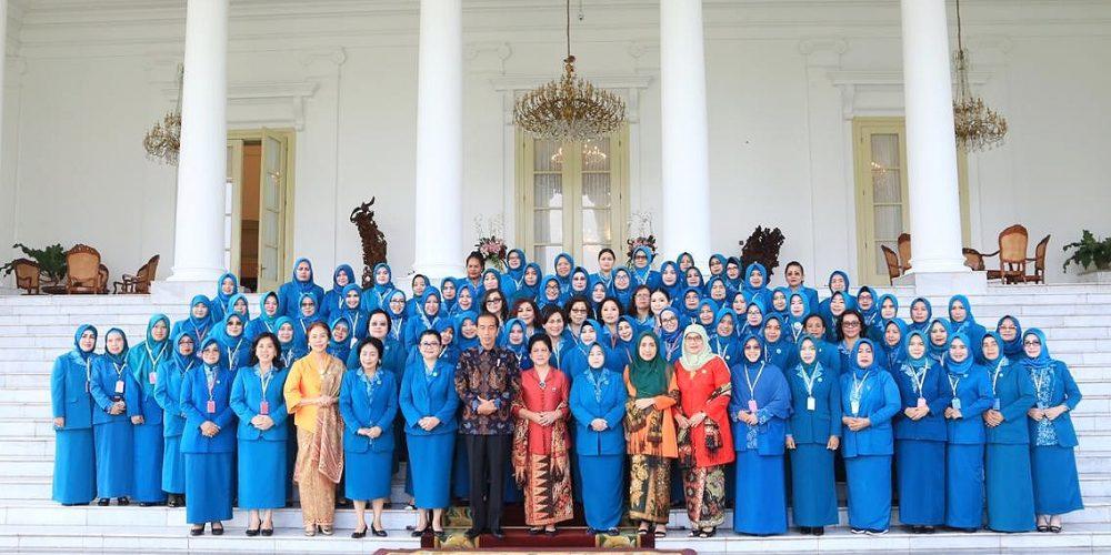 Ketua PKK SulSel (pertama di kiri depan) foto bersama Presiden dan Ibu Negara di Istana Bogor (28/02/2019).