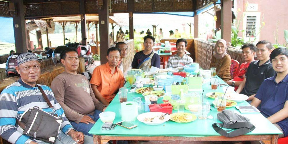 Ulang tahun Kabag Humas Bantaeng dirayakan dengan makan siang bersama staf dan Jurnalis (04/03/2019).
