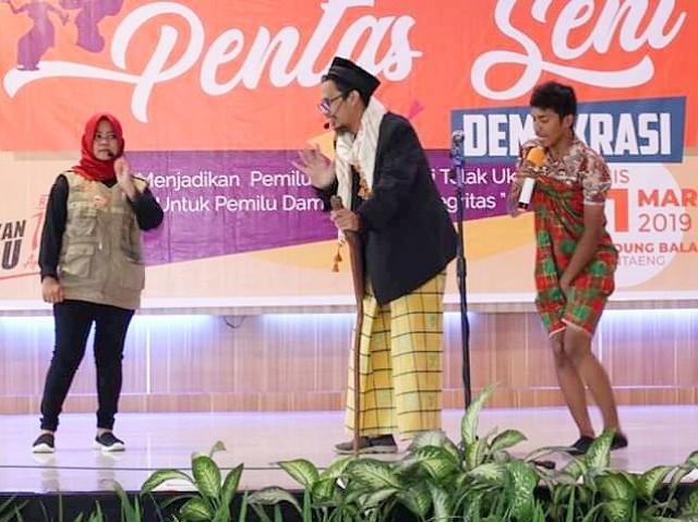 Relawan Demokrasi menampilkan pagelaran musik tradisional pada Pentas Seni Demokrasi KPU Bantaeng.
