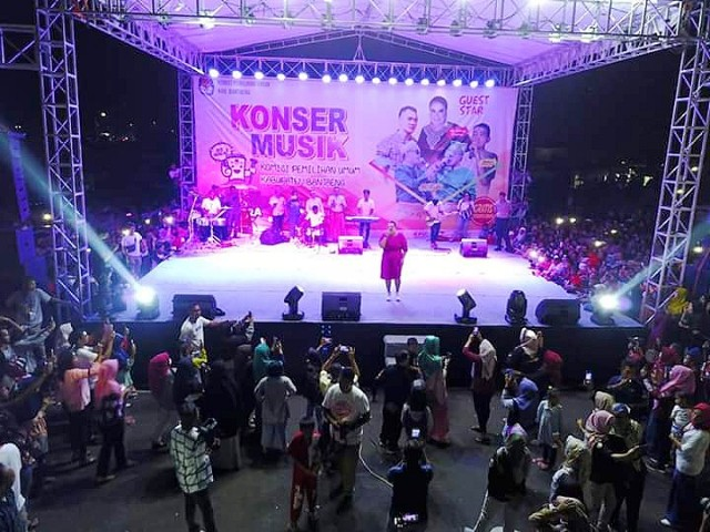 Ribuan penonton menyaksikan konser Musik KPU Bantaeng.