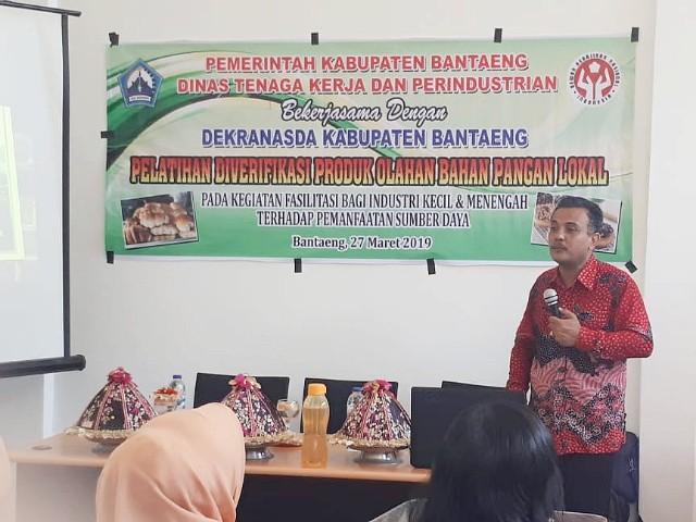 Ketua Dekranasda Bantaeng (kedua dari kiri) sampaikan sambutannya pada Pembukaan Pelatihan Diversifikasi Produk Olahan Bahan Pangan Lokal.