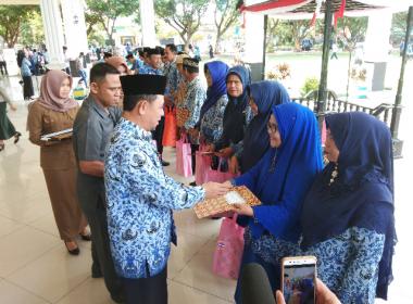 ASN Bantaeng yang memasuki masa purnabakti menerima cinderamata dan piagam penghargaan (18/03/2019).