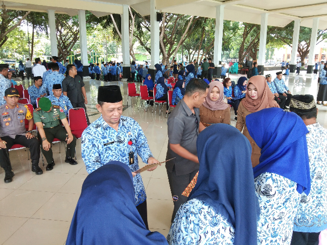 Upacara Hari Kesadaran Nasional dirangkaikan penyerahan piagam penghargaan dan cinderamata kepada 22 ASN Bantaeng yang memasuki masa purnabakti.