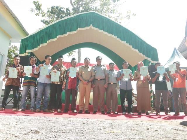 Penyerahan sertifikat dilaksanakan di Halaman Kantor BPN Bantaeng.