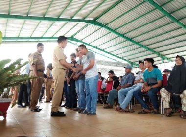 Penyerahan Asuransi dan Kartu KUSUKA di TPI Kaili Bantaeng.