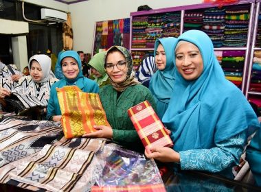 Kunjungan Liestiaty F Nurdin di toko sutera Kabupaten Wajo.