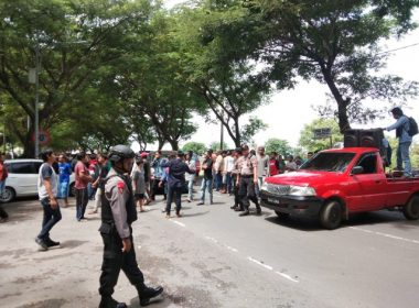 Aksi demonstrasi di depan KPU Bantaeng.