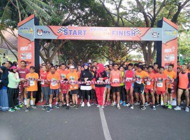 Runner mengikuti Pemilu Run 5K di Pantai Seruni Bantaeng.