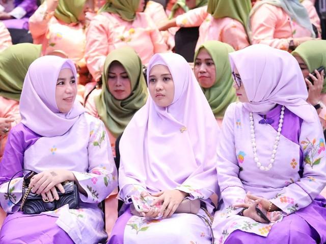 Ketua Dekranasda Bantaeng menyaksikan Fashion Show FEMME 2019.
