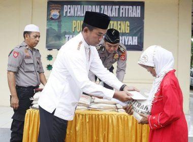 Penyerahan Zakat Fitrah.