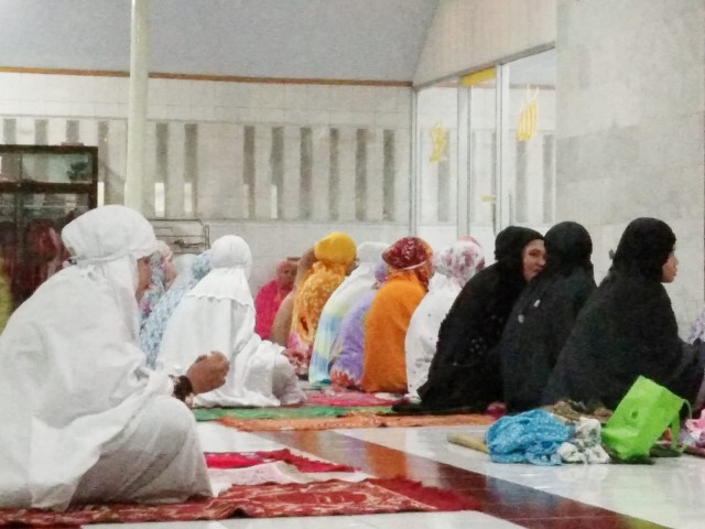 Shalat Tarwih di Masjid Besar Taqwa Tompong.