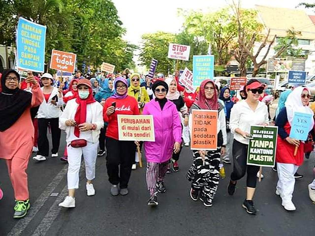 Liestiaty F Nurdin kampanyekan pengurangan sampah plastik.