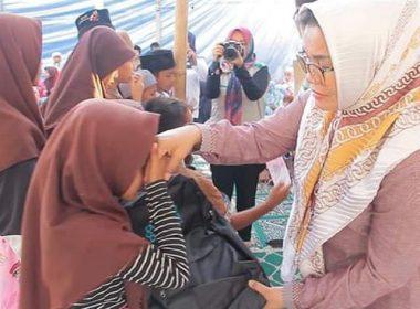 Bantuan Liestiaty F Nurdin berupa Al-Qur'an.