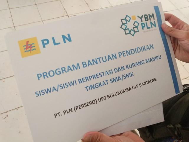 Penyerahan beasiswa dari YBM PLN.