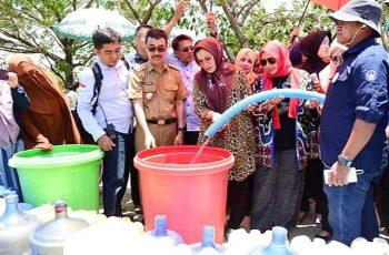 Pembagian air bersih oleh Ketua PKK SulSel.