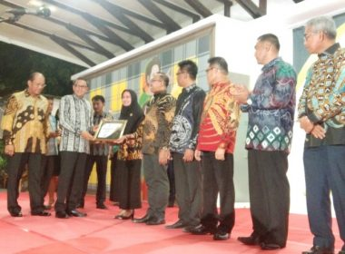 Pemberian awards KIP untuk Lutra.