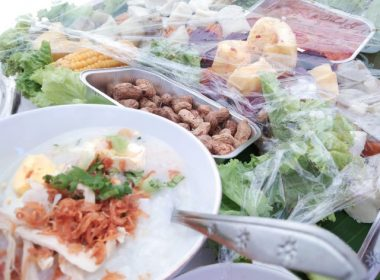 Penyajian makanan hasil olahan pangan lokal.
