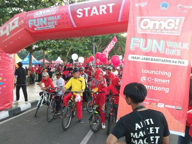 Kuota Data OMG! dikenalkan Telkomsel pada Fun Bike and Walk di Bantaeng.