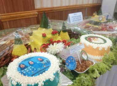 Persembahan nasi tumpeng pada peringatan Hari Ibu di Bantaeng.