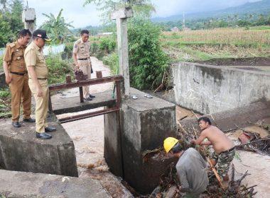 Bupati Bantaeng meninjau penyebab banjir.