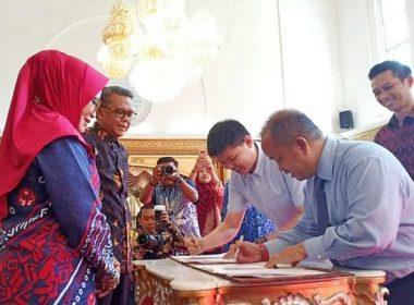 Penanda tanganan Perjanjian Kerja Sama terkait penggunaan Sendal Etnik.