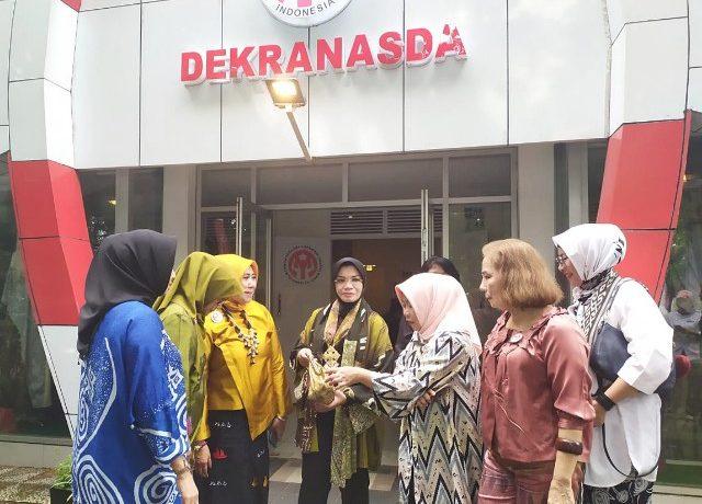 Dua Isteri Gubernur kunjungi Galeri Dekranasda SulSel.