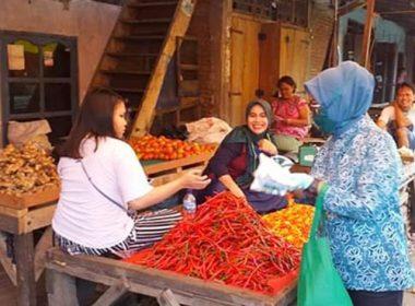 Pembagian masker di pasar oleh PKK SulSel.