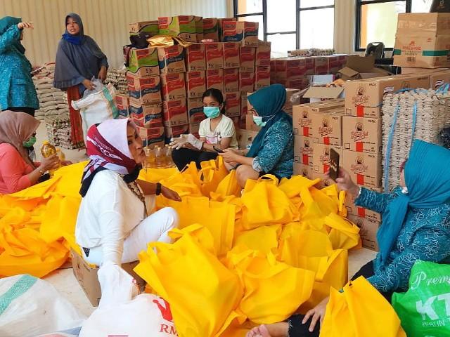 Bantuan sembako dari PKK SulSel untuk warga Kota Makassar.