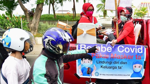 Dengan mobil pickup, Liestiaty F Nurdin sosialisasikan penggunaan masker.