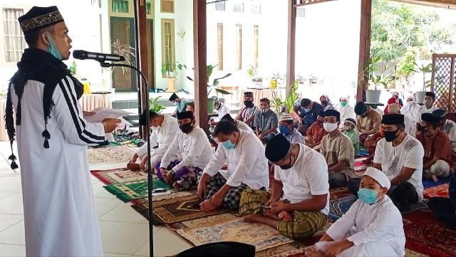 Shalat berjama'ah Liestiaty F Nurdin di Bantaeng.