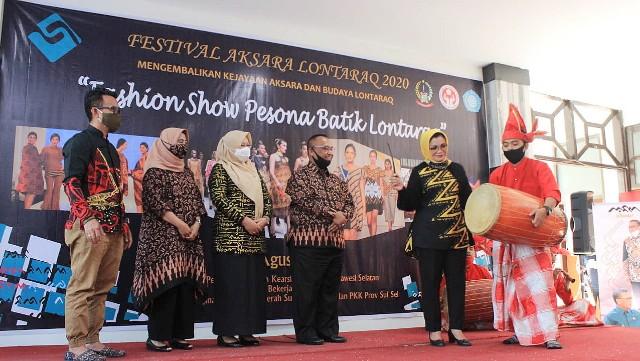 Dibukanya event Fashion Show oleh Liestiaty F Nurdin.