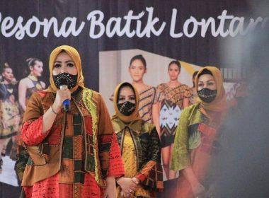 Fashion Show Aksara Lontara dibuka oleh Liestiaty F Nurdin.