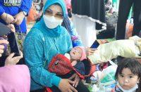 Lies gendong bayi korban banjir.
