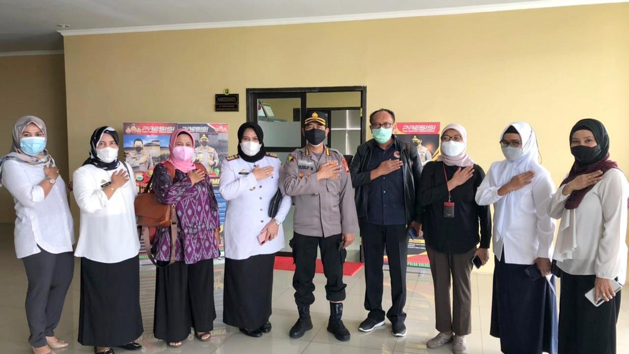 Menjenguk korban bom Kathedral Makassar.