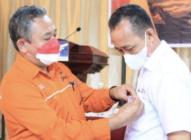 Penyematan Satya Lancana Kepariwisataan di Toraja Utara untuk Suhardi.