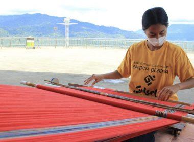 Menenun di Aksi Sapta Pesona Buntu Burake.